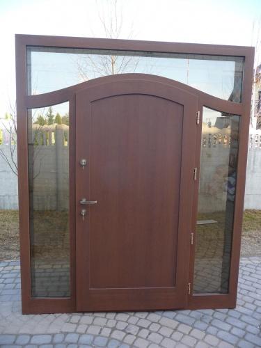 Drzwi zewnętrzne z łukiem