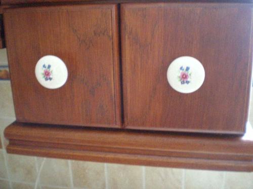Porcelanowe uchwyty w małych szufladkach na przyprawy